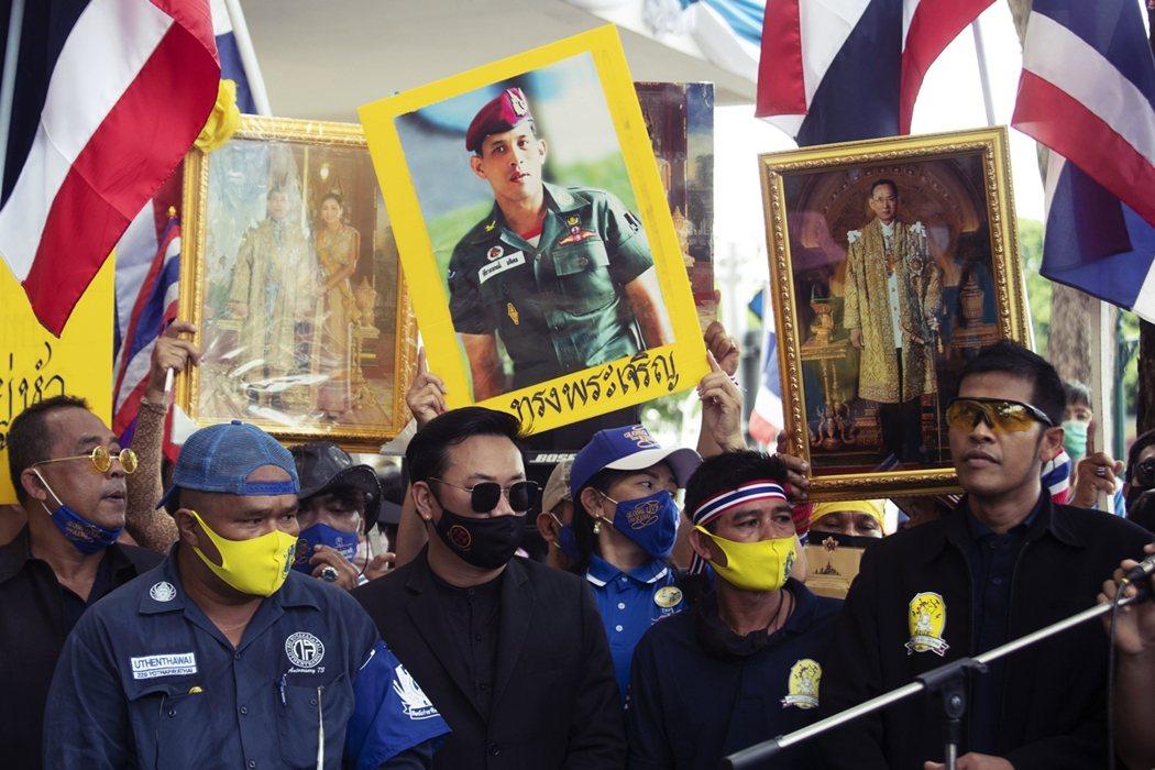 泰國政府屢屢利用〈刑法第112條〉的「不敬罪」,打壓異議者;該法條保護君主制不受...