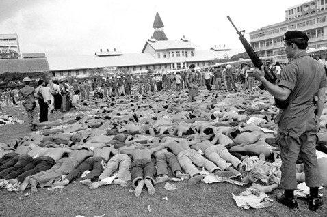 圖為法政大屠殺事件,大批學生被抓捕制伏於校園足球場上。法政大學大屠殺發生於197...