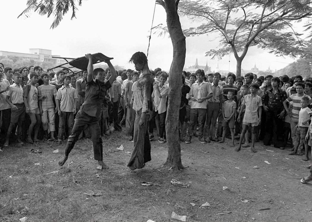 法政大屠殺當時的校園內,亦發生了怵目驚心的私刑事件。此一系列照片,皆為《美聯社》...