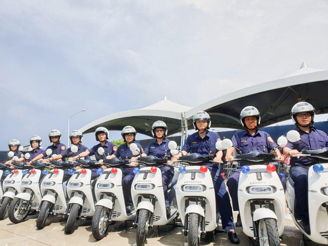 泰嘉開發.北基實業捐贈台南市政府警察局10輛GOGORO電動警用巡邏機車。 攝影...
