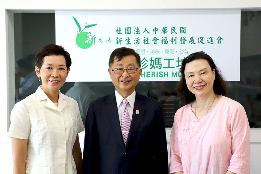 板信商銀總經理方嘉男(中)與新生活社會福利發展促進會創辦人羅素如(右)、專案負責...