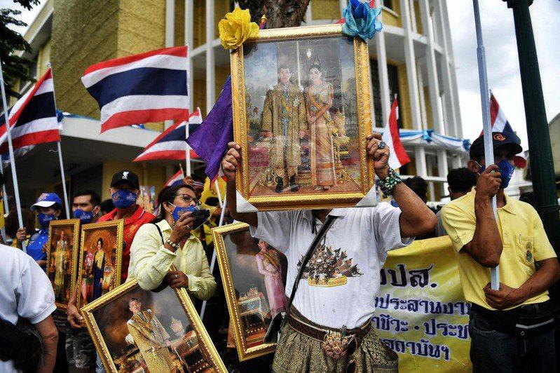 泰國「保王派」16日在曼谷發起支持王室示威,有出席者高舉現國王瓦集拉隆功夫婦的肖像以示效忠。 法新社