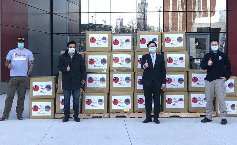 駐芝加哥辦事處處長黃鈞耀(右二)以「美國對台支持至為重要」為題投書俄亥俄州「刀鋒報」。圖為今年四月台灣捐增醫用口罩給美國,黃鈞耀代表台灣出席合影。 圖/駐芝加哥辦事處提供