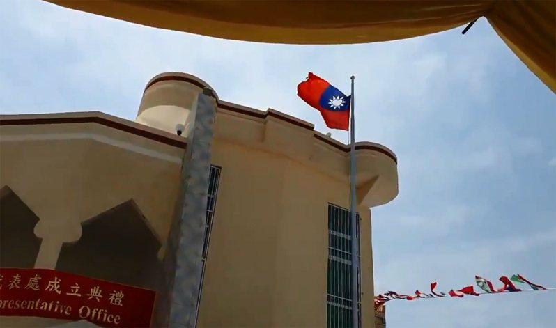 台灣駐索馬利蘭代表處正式成立,典禮上升起中華民國(台灣)和索馬利蘭國旗。 圖擷自HornDiplomat推特