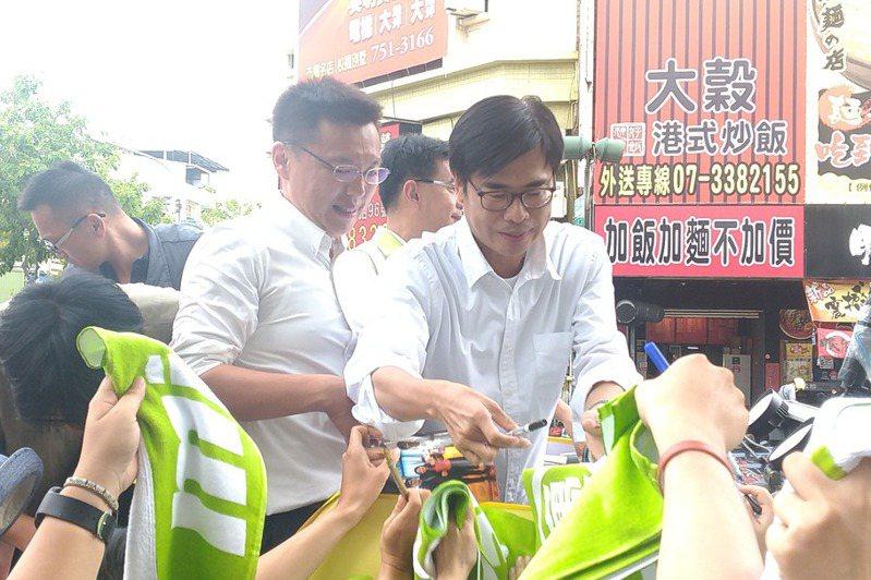 高雄市長補選當選人陳其邁(右)車隊掃街謝票。記者蔡孟妤/攝影