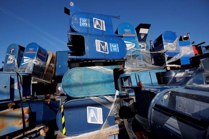 威斯康辛州一處停車場堆滿郵筒。路透