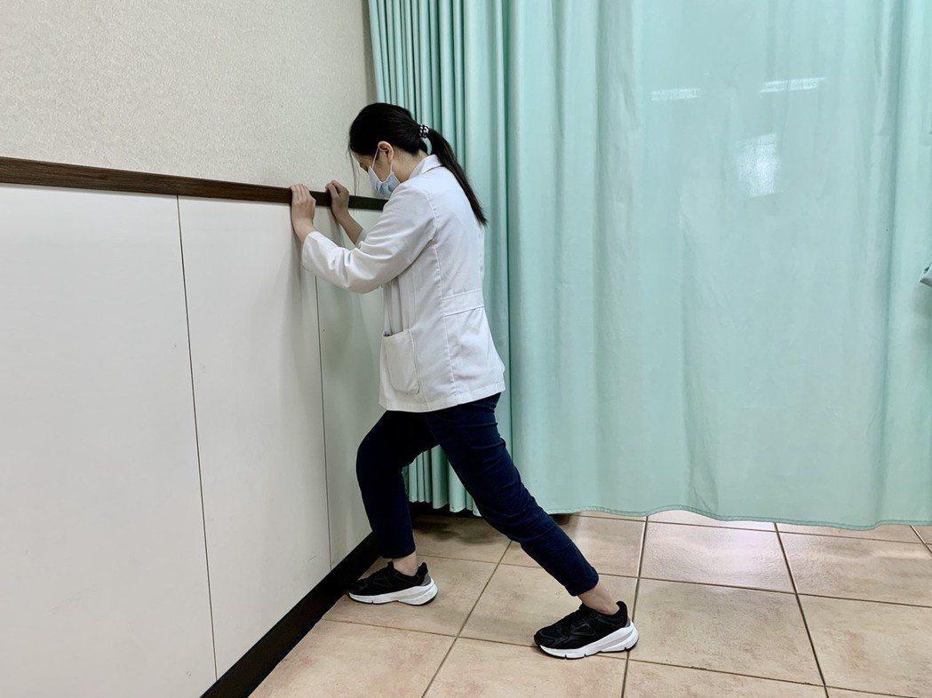 物理治療師林惠玲示範足底筋膜炎伸展運動,「小腿後肌伸展」,以弓箭步伸展小腿後側,...