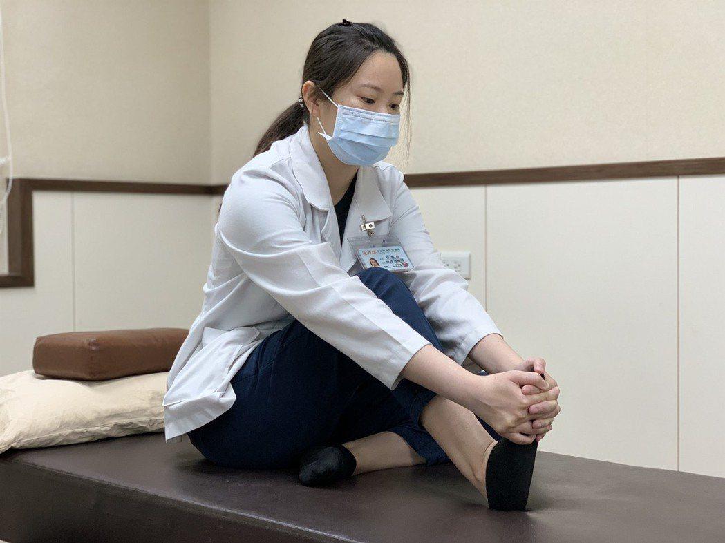 物理治療師林惠玲示範足底筋膜炎伸展運動,「前足底筋膜伸展」以手指與腳底交扣,往上...