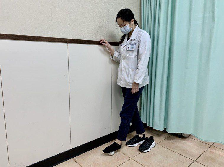 物理治療師林惠玲示範足底筋膜炎伸展運動,「腳底滾球」,發作初期可先以軟網球,在腳...