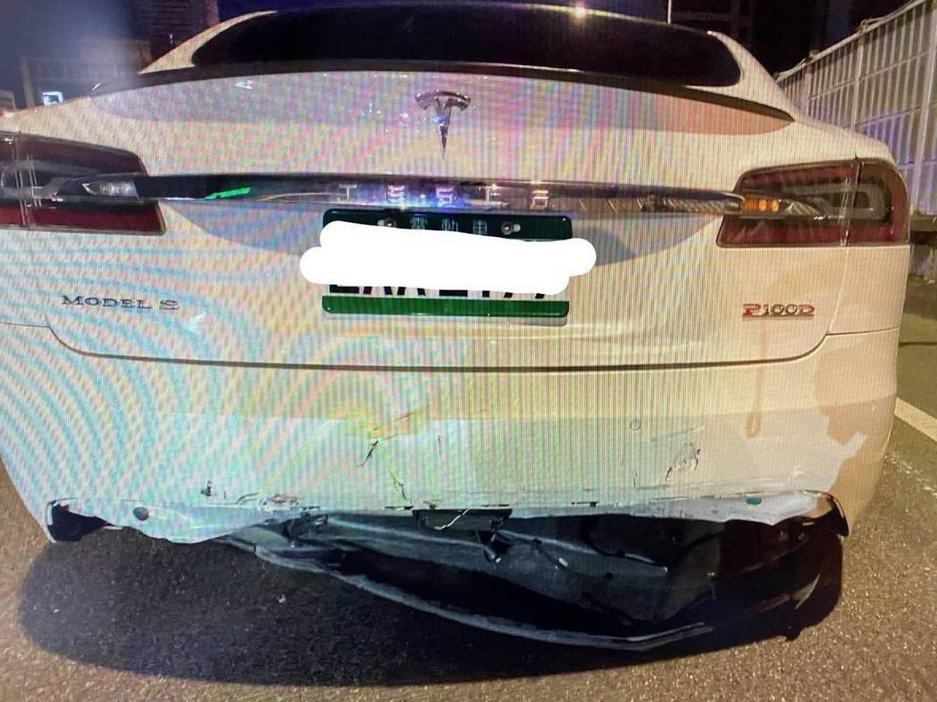 陳男上月開特斯拉在市民大道高架橋遭追撞,後方保險桿毀損。記者蔡翼謙/翻攝
