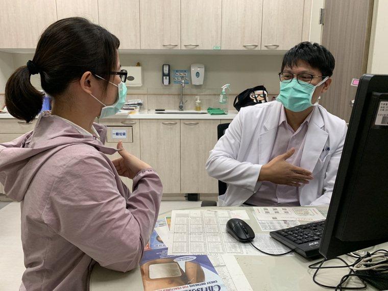 中醫大新竹附醫一般外科醫師古君平提醒,女性從20歲開始做自我檢查,40歲以上女性...