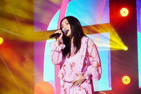 徐佳瑩昨晚在「2020臺南將軍吼音樂節」壓軸獻唱,好氣色看不出已懷孕6個月,但顧慮腹中寶寶得注意表演的安全性,在她演唱「現在不跳舞要幹嘛」時,笑著對台下說:「這首歌原本應該要唱唱跳跳的,但為了給兒子...