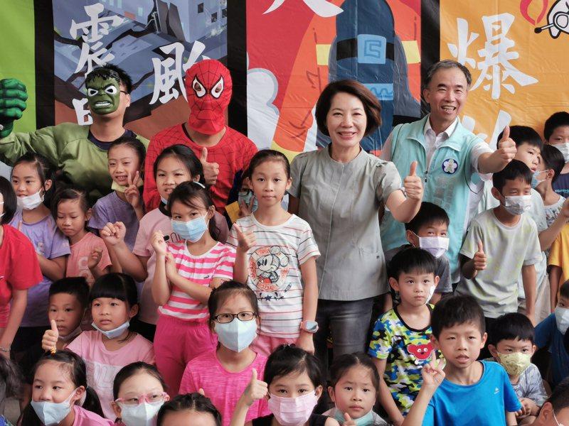 嘉義市副市長陳淑慧,今天也到後湖分隊「小小消防員體驗活動」,與小朋友同歡。記者卜敏正/攝影