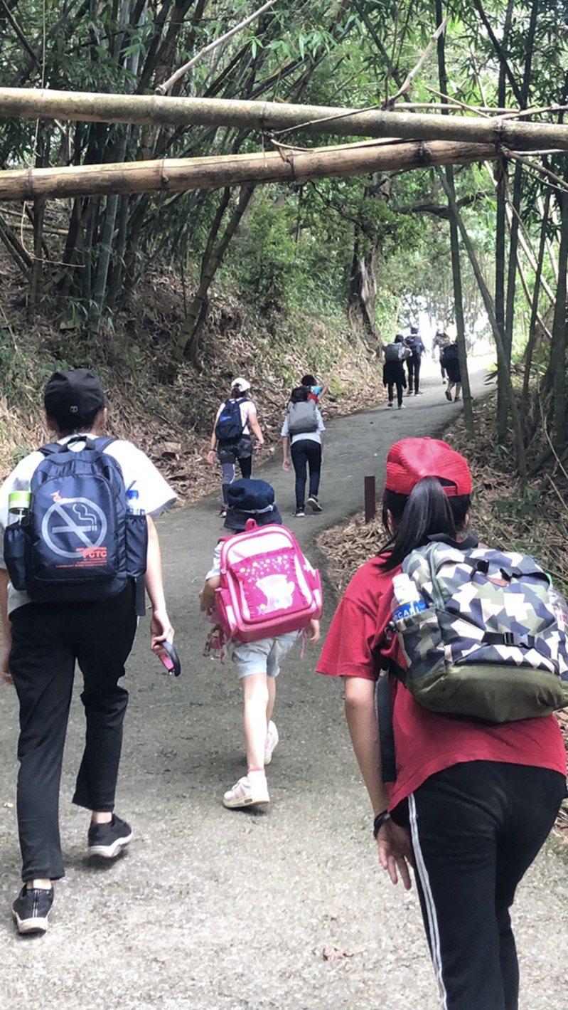 台中市18名保護安置兒少今挑戰海拔3000公尺「合歡群峰」圖/社會局提供
