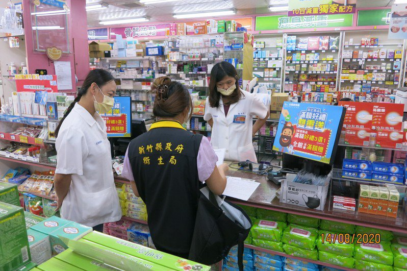 新竹縣衛生局在上周、12日接獲民眾陳情,合康在竹北的分店仍可買到可疑醫療口罩,衛生局15日前往4家分店稽查。圖/新竹縣政府提供