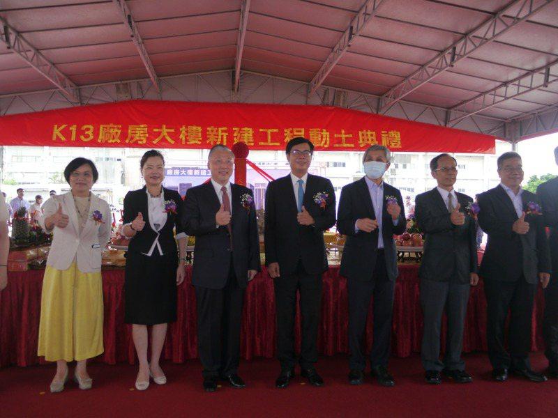 經濟部長王美花(左二)、高雄市長當選人陳其邁(左四)、立委劉世芳(左一)等人參加日月光動土儀式。記者徐白櫻/攝影