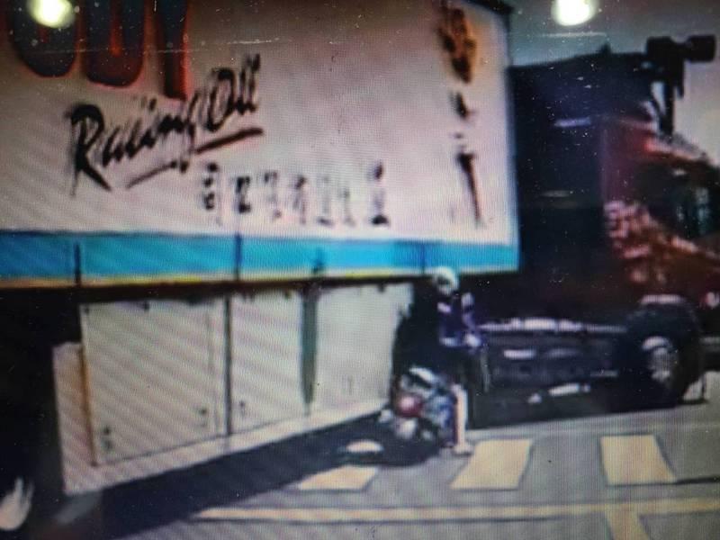 影/好險!又是內輪差 台南市大貨車右轉差點輾過機車