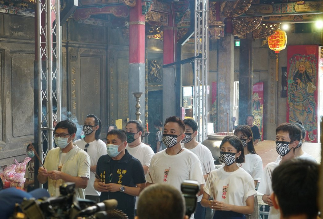 「馗降:粽邪2」眾演員到宮廟祈福參拜。圖/華影提供