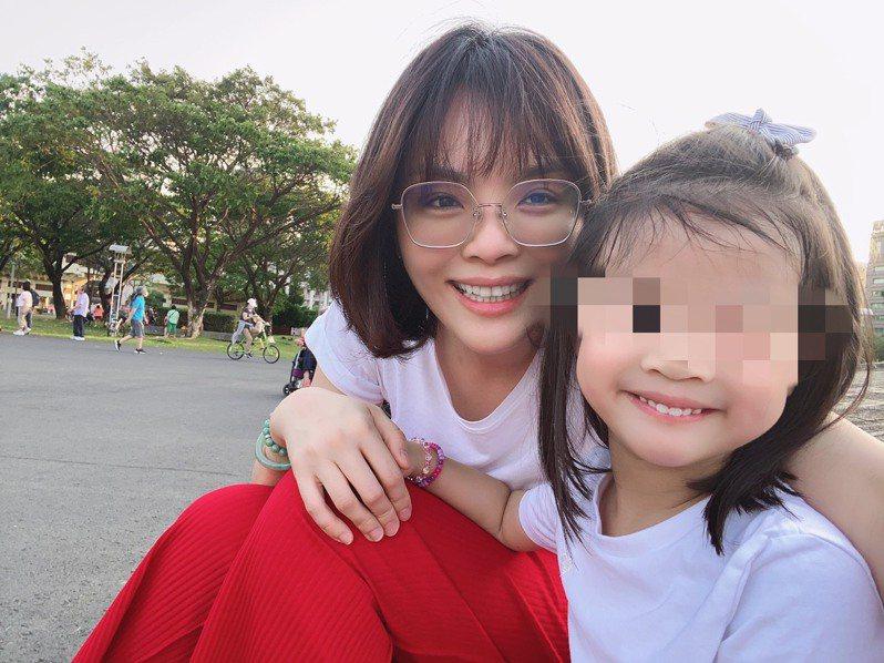 41歲李眉蓁育有一名4歲女兒,愛孩子的她希望再幫女兒添個伴,為了懷孕過程吃足苦頭。圖/李眉蓁提供