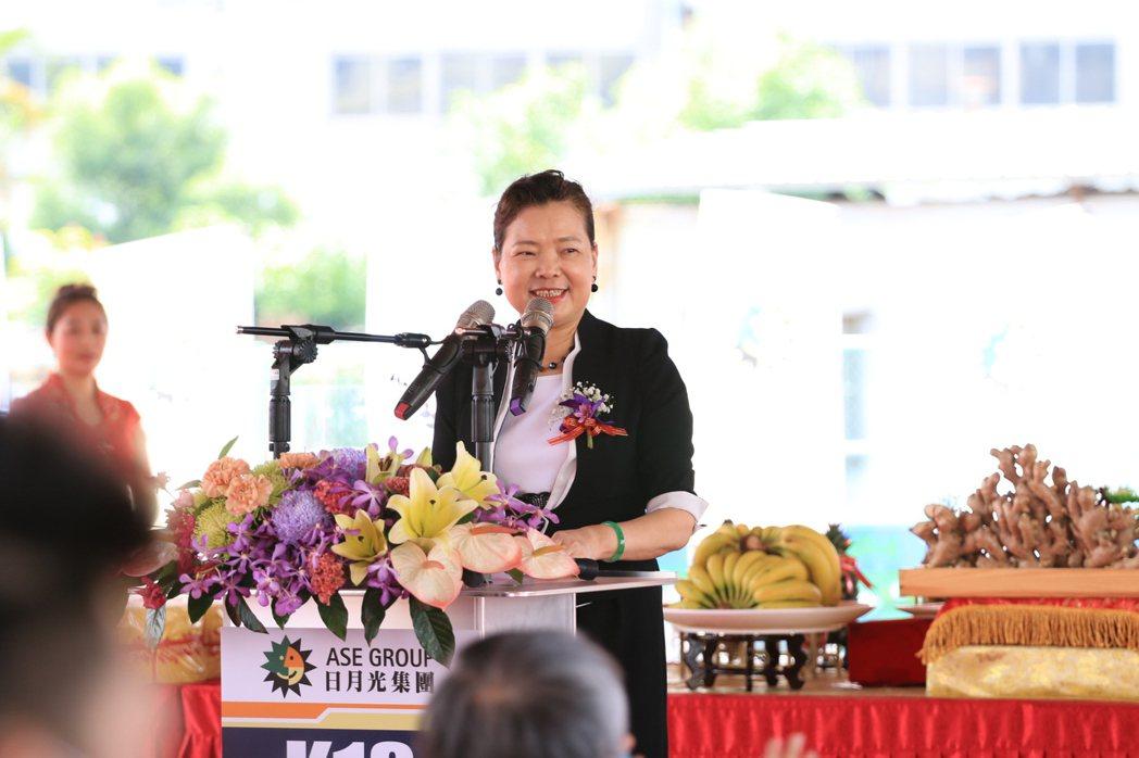 經濟部長王美花表示,高階封測在5G時代扮演關鍵的角色,楠梓加工區半導體聚落再添新...