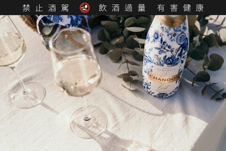 「香桐2020夏季限量瓶汽泡酒」瓶身以優雅的藍白相間設計圖騰,將澳洲六大著名海灘...