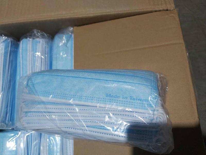 基隆關在上周五於海運快遞貨物專區查獲71箱,20萬8千片偽標口罩。圖/財政部提供