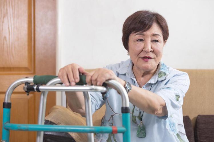 曾是50年前群星會時代紅極一時的「藝術歌后」閻荷婷,現年75歲的她,近20年來因為腰椎受傷、膝蓋骨頭嚴重受損,痛不欲生,無法行動、作息困難,領過輕度殘障證明,以及中低收入補助過日,最困難時甚至一餐只...