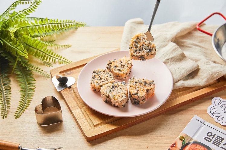 魷魚大叔的人氣餐點「飛魚卵小飯糰」,將於情人節期間以愛心形狀登場。圖/頂呱呱提供