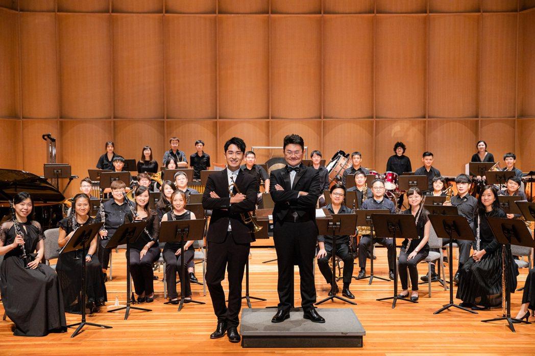 陳謙文(前左)與狂美交響管樂團合作,挑戰獨奏小號演出吉卜力經典作品「天空之城」音...