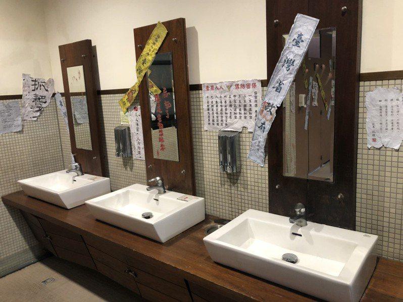 「返校」展場旁的女廁彷彿翠華中學廁所。圖/聯合數位文創提供