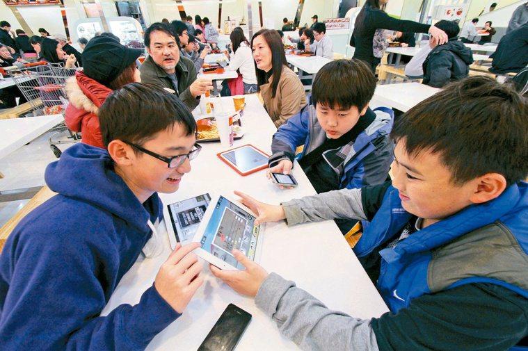 忙碌的父母讓小朋友在電視、電腦、智慧型手機及平板電腦等「螢幕」的陪伴長大。圖/聯...