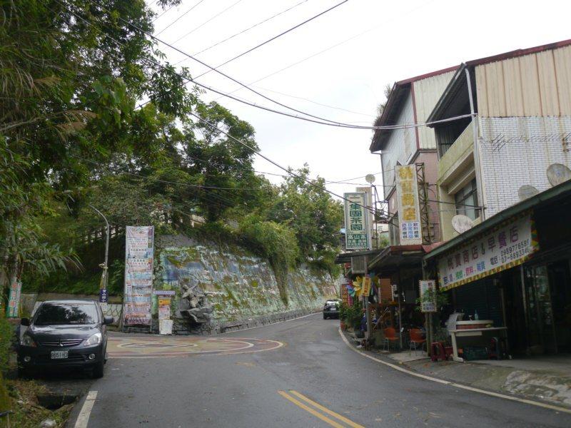 桃源二集團部落位在藤枝林道15公里處,要前往休閒步道的車輛要在此停車左轉,這裡也...