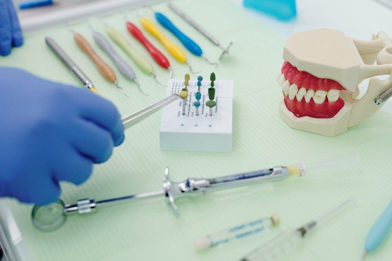 齒顎不正是許多民眾的困擾,求診患者從年輕人到中壯年都有。牙齒咬合不正的原因多來自...