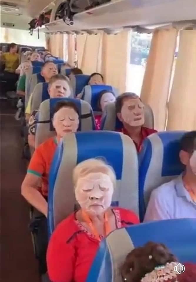 導遊送全車遊客「一人一張面膜」,換得安靜15分鐘時間,但畫面看來格外逗趣。圖擷自爆廢公社公開版