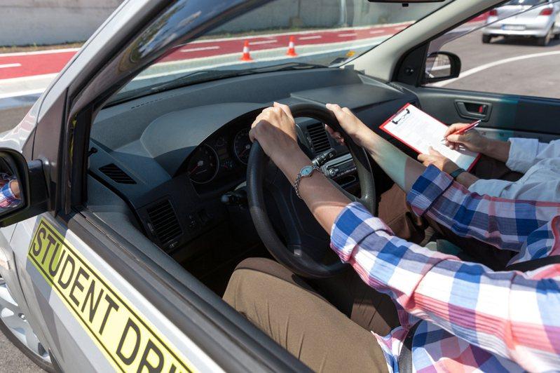 有網友詢問,大家考汽車駕照選手排的原因。示意圖/ingimage授權