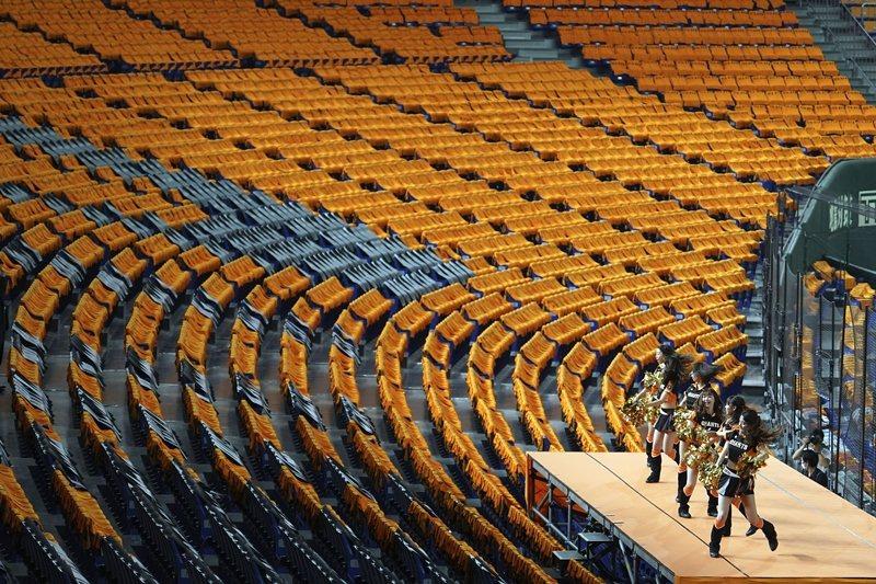 啦啦隊在無人的觀眾席前仍賣力表演,攝於6月19日,東京巨蛋。 圖/美聯社