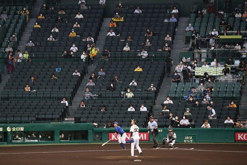 日本職棒規定觀眾在場內需要保持冷靜,不准大吼與任何太過激動加油行為,圖攝於7月10日。 圖/法新社