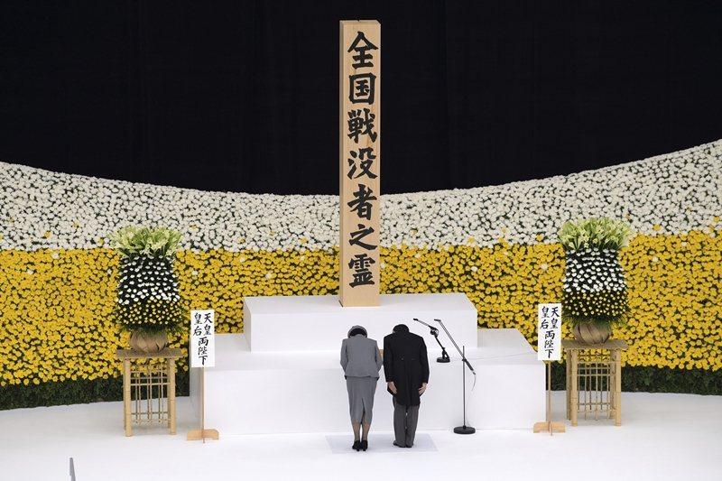 日本天皇陛下與皇后出席75年中樞紀念儀式,攝於8月15日。 圖/美聯社