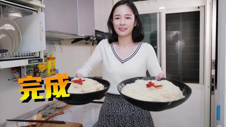 千千透過影片教學與試吃千拌麵,讓許多網友紛紛表示想吃、想買。 圖片提供/食力