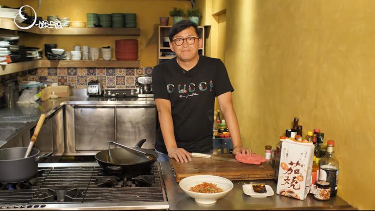 詹姆士透過「姆士流Youtube頻道」教大家快速烹煮自己的快煮麵品牌。 圖片提供...