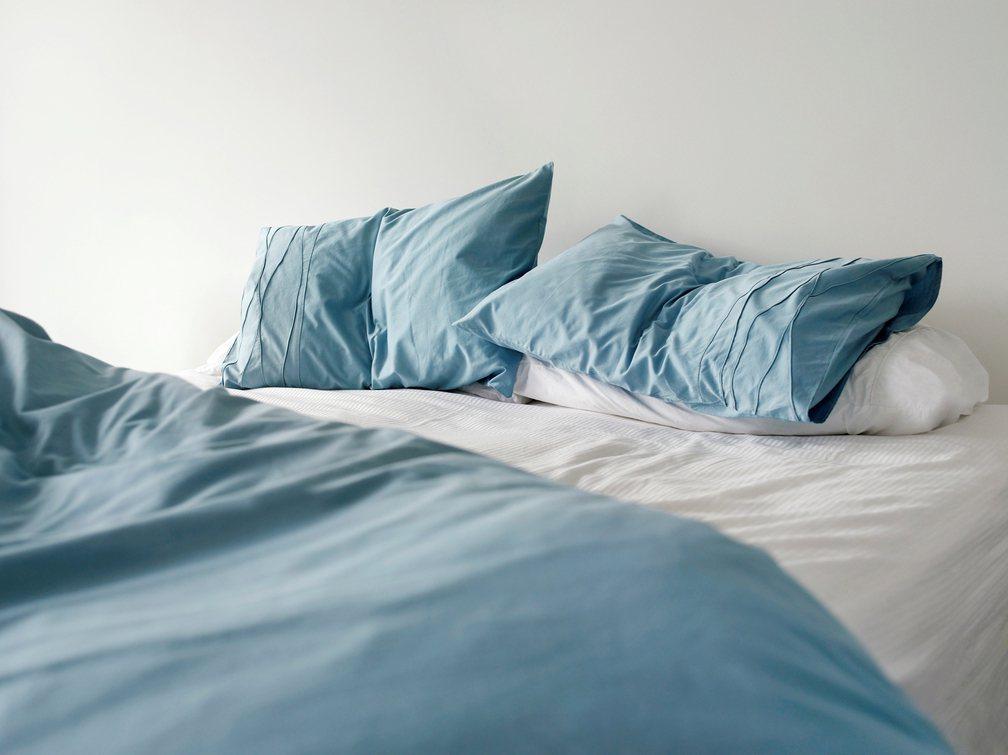 一名女網友剛搬新家,卻每晚都睡不好,不僅深夜會聽到各種聲音,身上還出現蕁麻疹的狀...