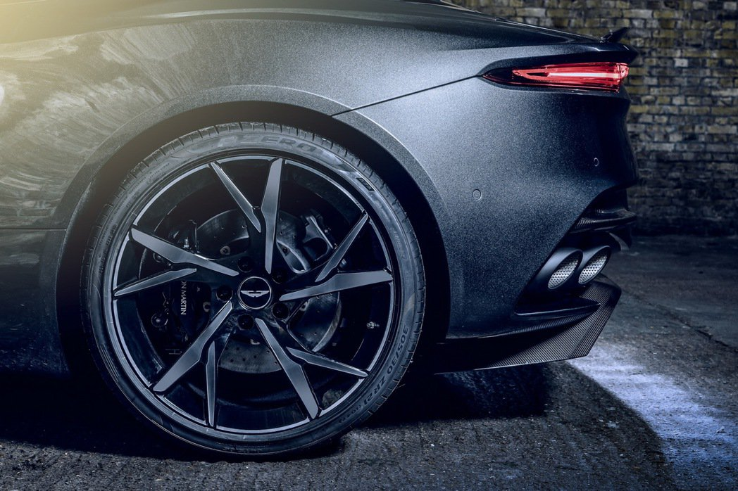 Y型設計的Gloss Black 21吋鋁圈相當霸氣。 摘自Aston Mart...