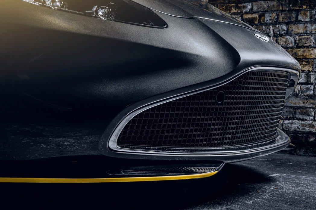 水箱罩用鍍鉻飾條包圍,下方的擾流板則是拉了黃線點綴。 摘自Aston Marti...