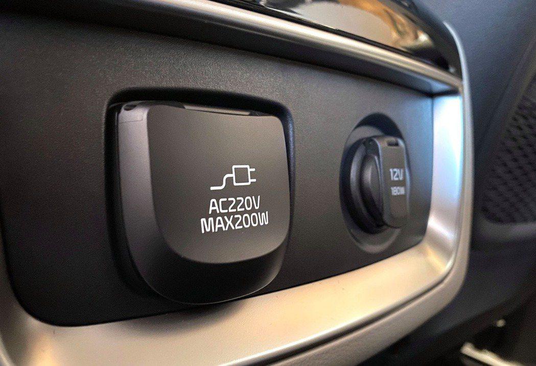 第四代Kia Carnival車內除提供12V插頭外,另有220V插座供使用 (...