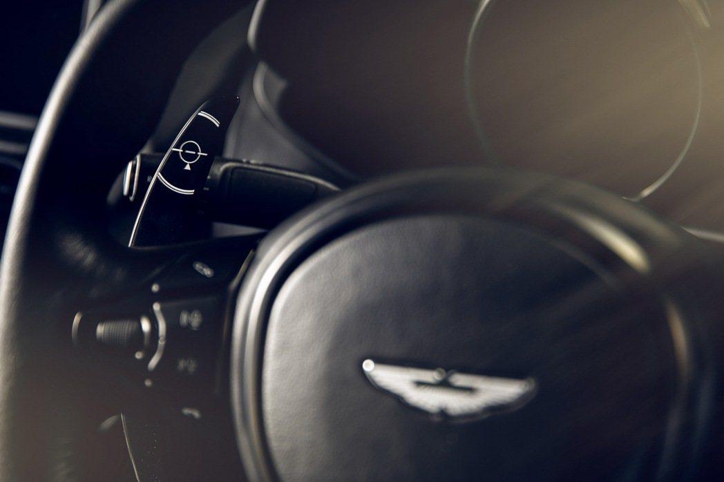 換檔撥片上更是刻上了導彈的十字瞄準器。 摘自Aston Martin