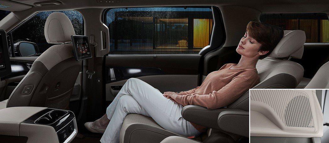 在7人座的車型中,第二排為獨立二人座的設定,採用了類似飛機商務艙的座椅。 摘自K...