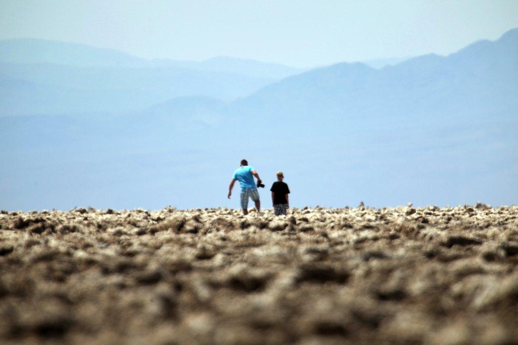 美國加州東部沙漠的「死亡谷國家公園」(Death Valley),17日下午3點...