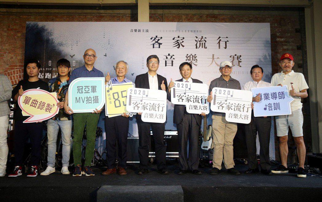 黃子軒(左起)、羅文裕、王治平、黃連煜(右)和客委會主委楊長鎮(中)出席「202...