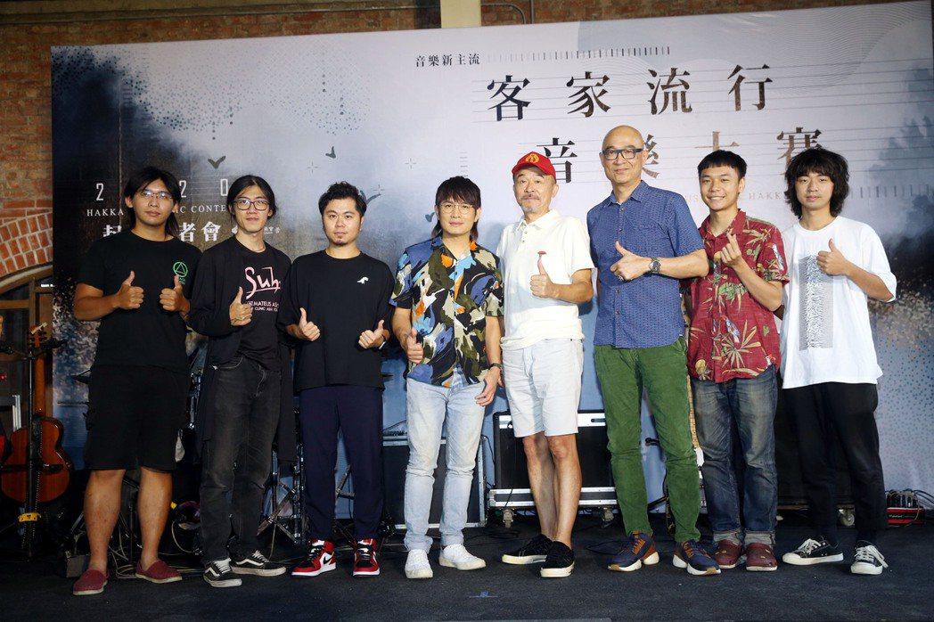 黃子軒(左三起)、羅文裕、黃連煜、王治平、少女卡拉出席「2020客家流行音樂大賽...