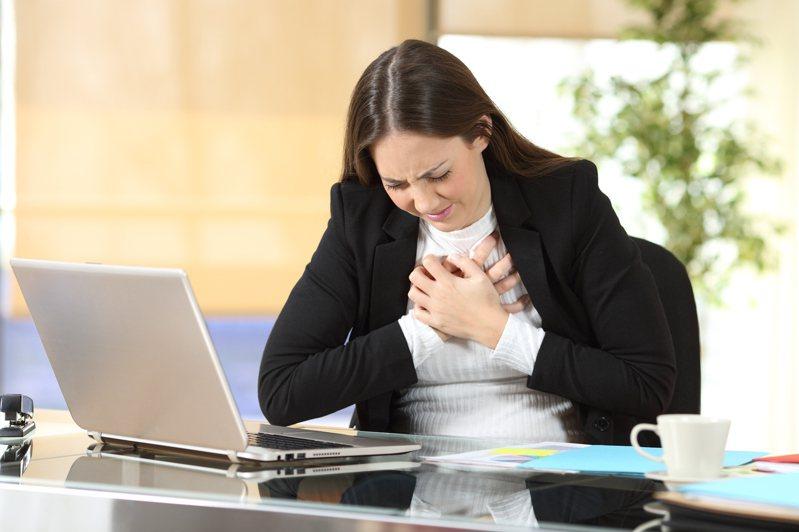 一名35歲女性,因發現男朋友劈腿,大吵一架後隨即出現極度胸痛、喘不過氣情況,趕緊急診就醫,經心室造影顯示左心室底部過度收縮如章魚壺模樣,確診為俗稱「章魚壺心肌症」的心碎症候群。示意圖/ingimage